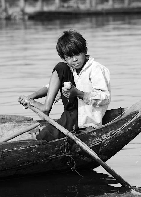 Junge auf dem Wasser