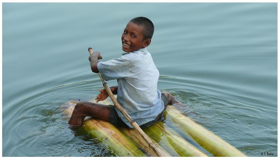 Junge auf Floß