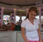 Junge Dame verkauft Crêpes
