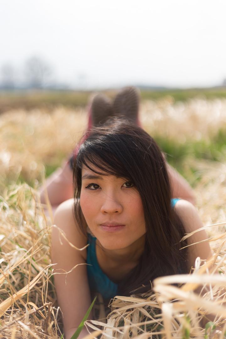 Junge Frau auf Wiese Foto & Bild | portrait, portrait