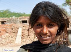 Junge Frau in der Wüste Thar