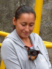 Junge Frau mit Hund in Ecuador