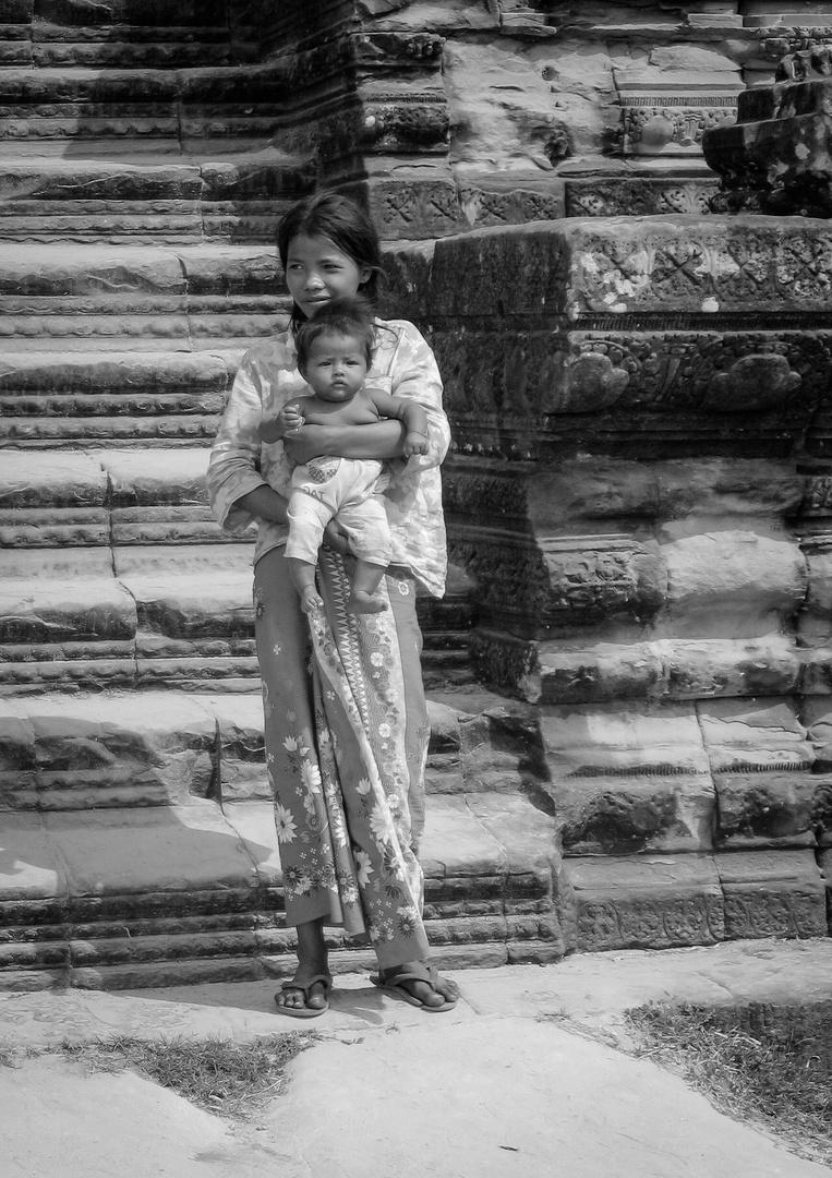 Junge Frau mit Kind in Angkor Wat