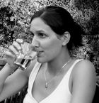 Junge Frau - trinkend - vor Waldrand am Abend