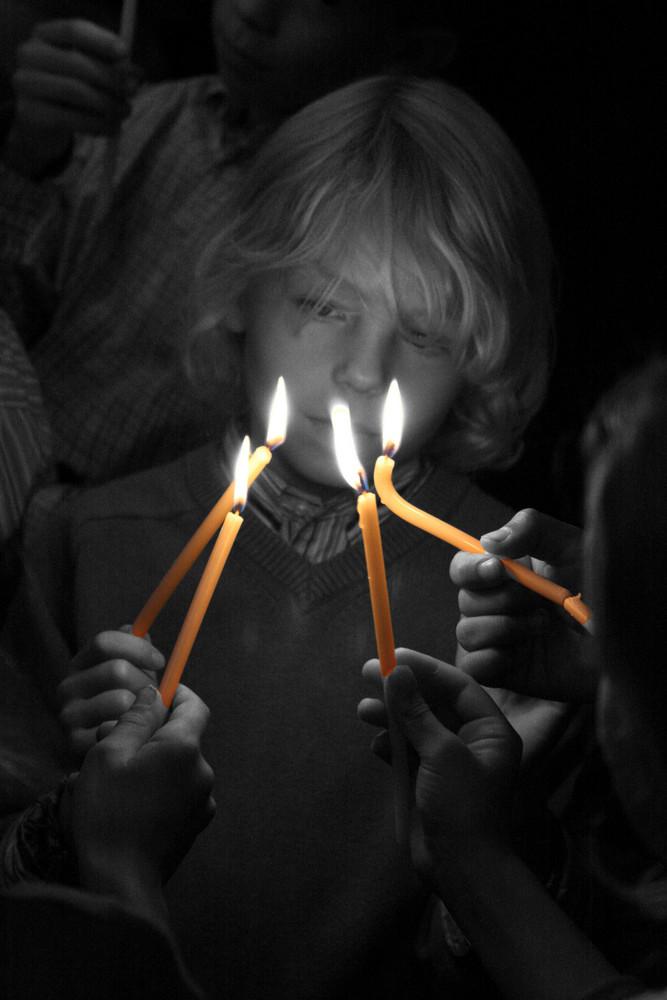 Junge im Kerzenschein oder Advent Advent ein Lichtlein brennt ...