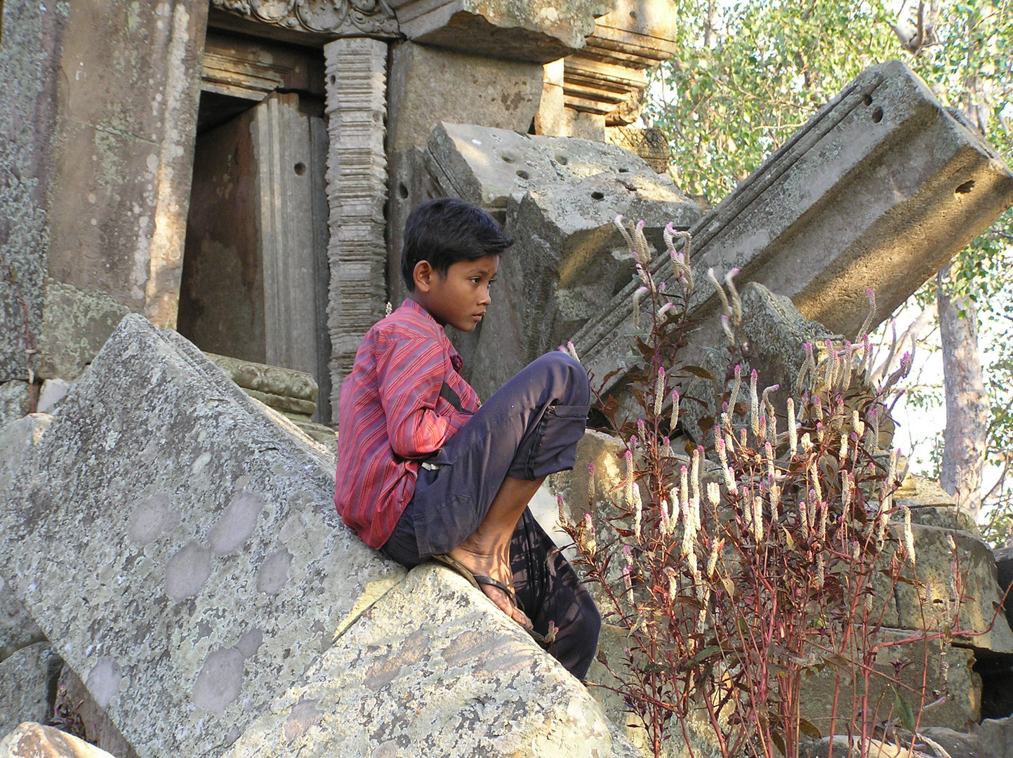 Junge in altem verfallenen Tempel