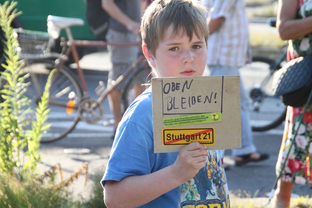 Junge mit OBEN BLEIBEN Stutttgart K21