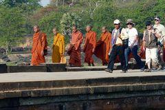 Junge Mönche und Besucher - Angkor-Wat