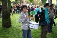 Junge trommelt für K21 Stuttgart Demo