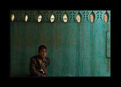 Junge vor grüner Wand