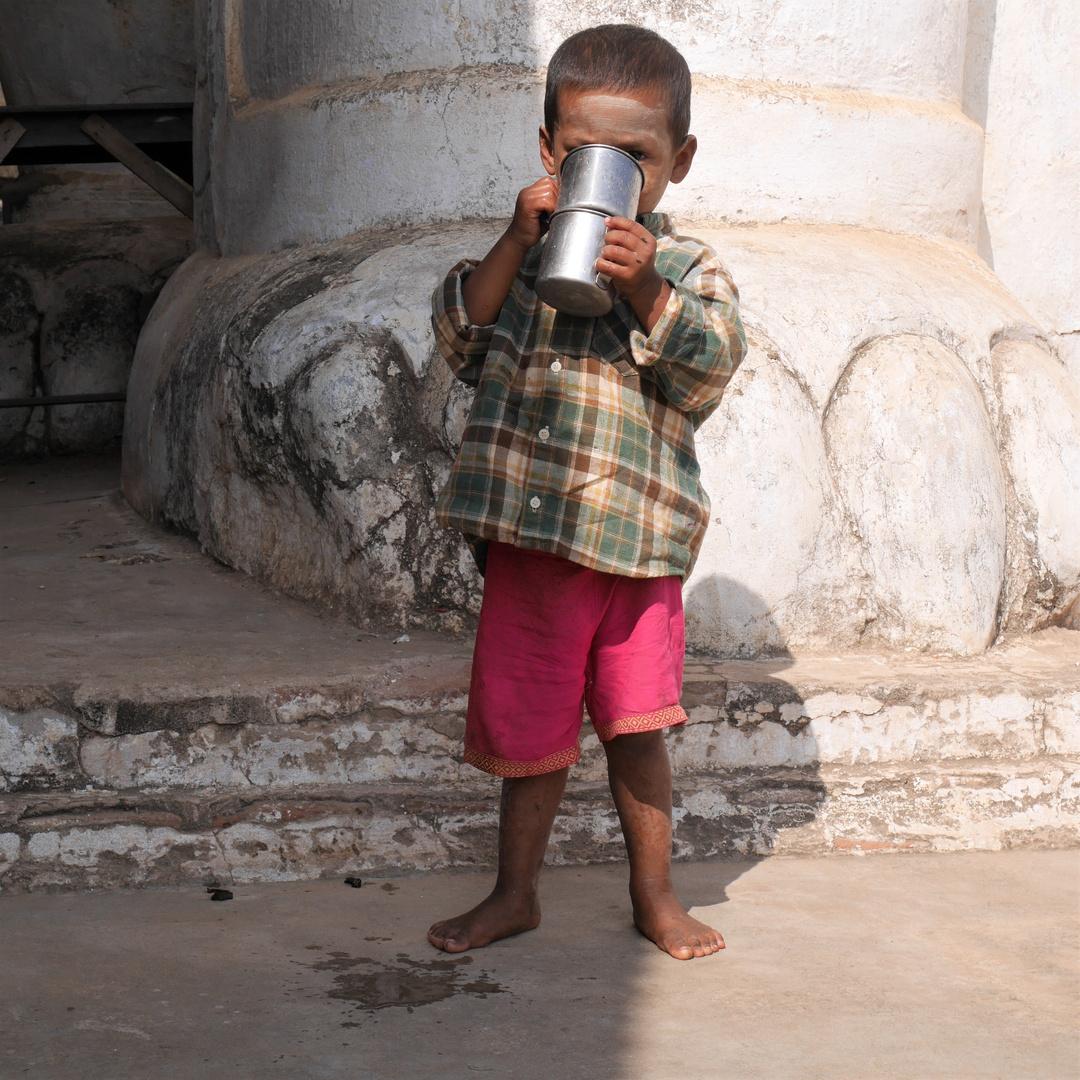 Junge vor Pagode in Bagan