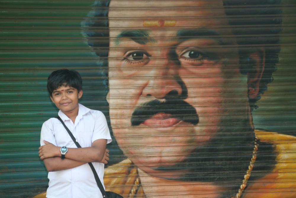 Junge vor Plakat eines Filmstars in Kerala,Indien