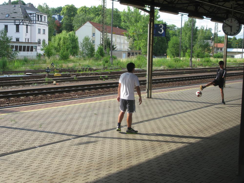 Jungen spielen Fussball auf Deutschlands längstem Bahnsteig in Gößnitz 1