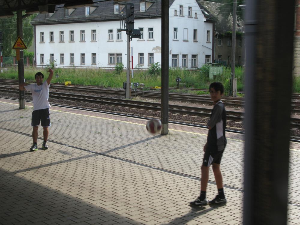 Jungen spielen Fussball auf Deutschlands längstem Bahnsteig in Gößnitz 3