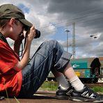 Junger Eisenbahnfotograf