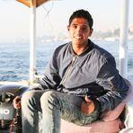 junger Mann  Boot Luxor story