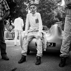 junger Rennfahrer vor dem Start