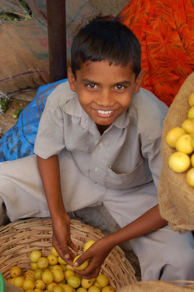 Junger Zitronenverkäufer in Indien