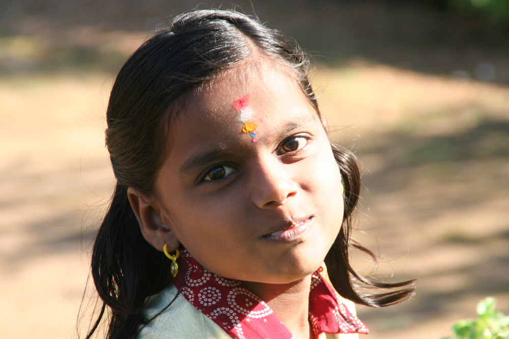 junges Maedchen vor Tempel in Backwaters, Kerala, Indien
