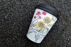 Kaffeebecher: Blümchenbecher – eine Mogelpackung