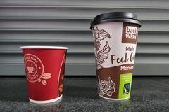 Kaffeebecher: Coffee Time und Feel Good von back Werk auf der Fensterbank