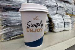 Kaffeebecher: Tschibo Simply Enjoy – auf dem Stromkasten