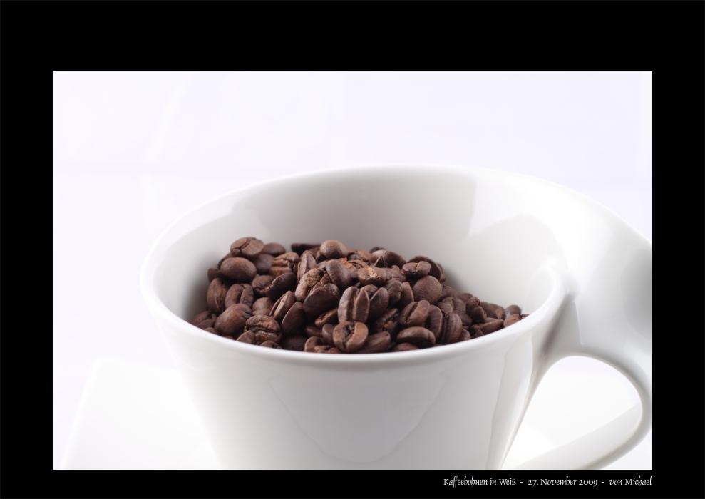 Kaffeebohnen in Weiß