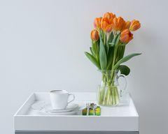Kaffeegedeck mit Tulpen