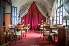 Kaffeehaus/Hotel Elafos mit rotem Vorhang
