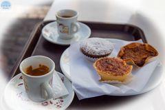 Kaffeehauskultur mit Espresso und kleinen Törtchen