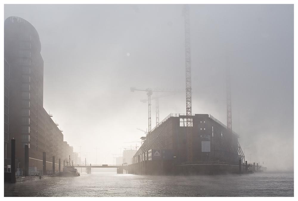 Kaispeicher im Nebel
