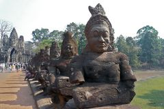 Kambodscha - Angkor - weibliche Buddhafiguren am Tempelzugang