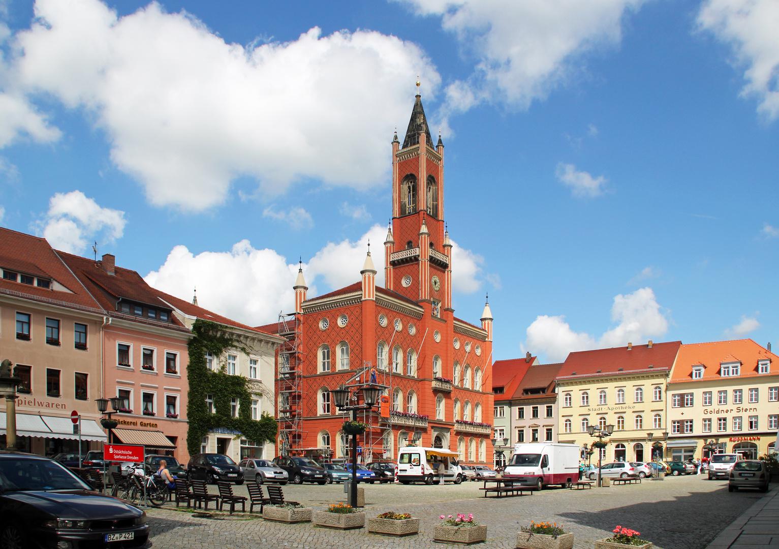 Kamenz / Sachsen: Marktplatz mit Rathaus im Sommer