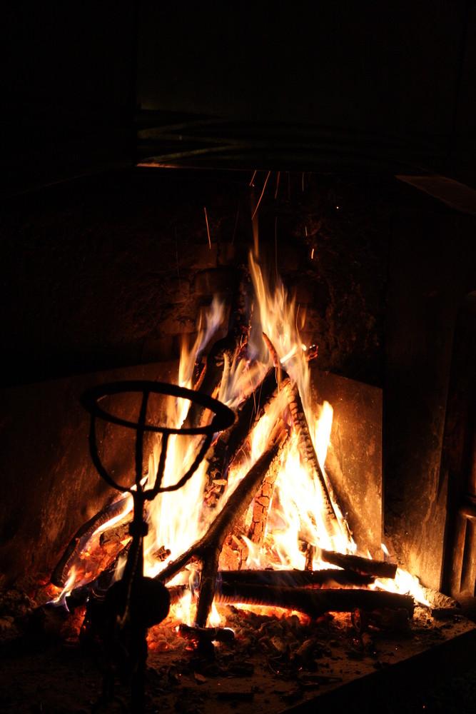 Kaminfeuer in einer Schlosskemenate