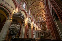 Kanzel und Kirchenschiff
