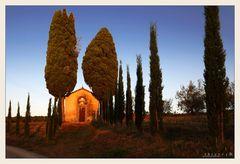 Kapelle bei San Regolo im ersten Lichtstrahl