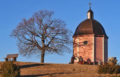 Kapelle mit Bestimmungsstein und Metalltafel von sicher weit über hundert Bergen