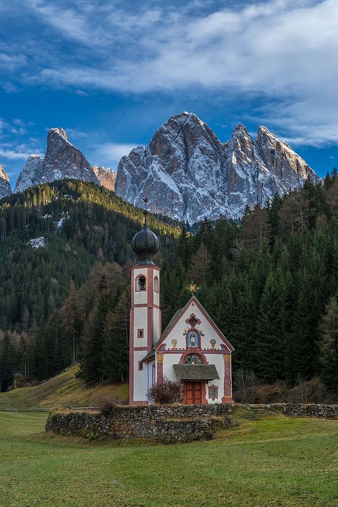 Kapelle vor grandioser Alpenkulisse.