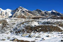 Karge Berglandschaft vor dem Larke Pass auf der Manaslu-Runde