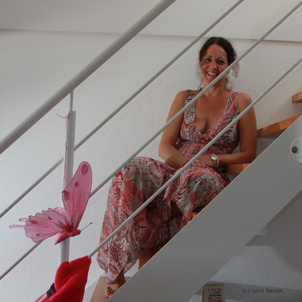 Karin auf der Treppe
