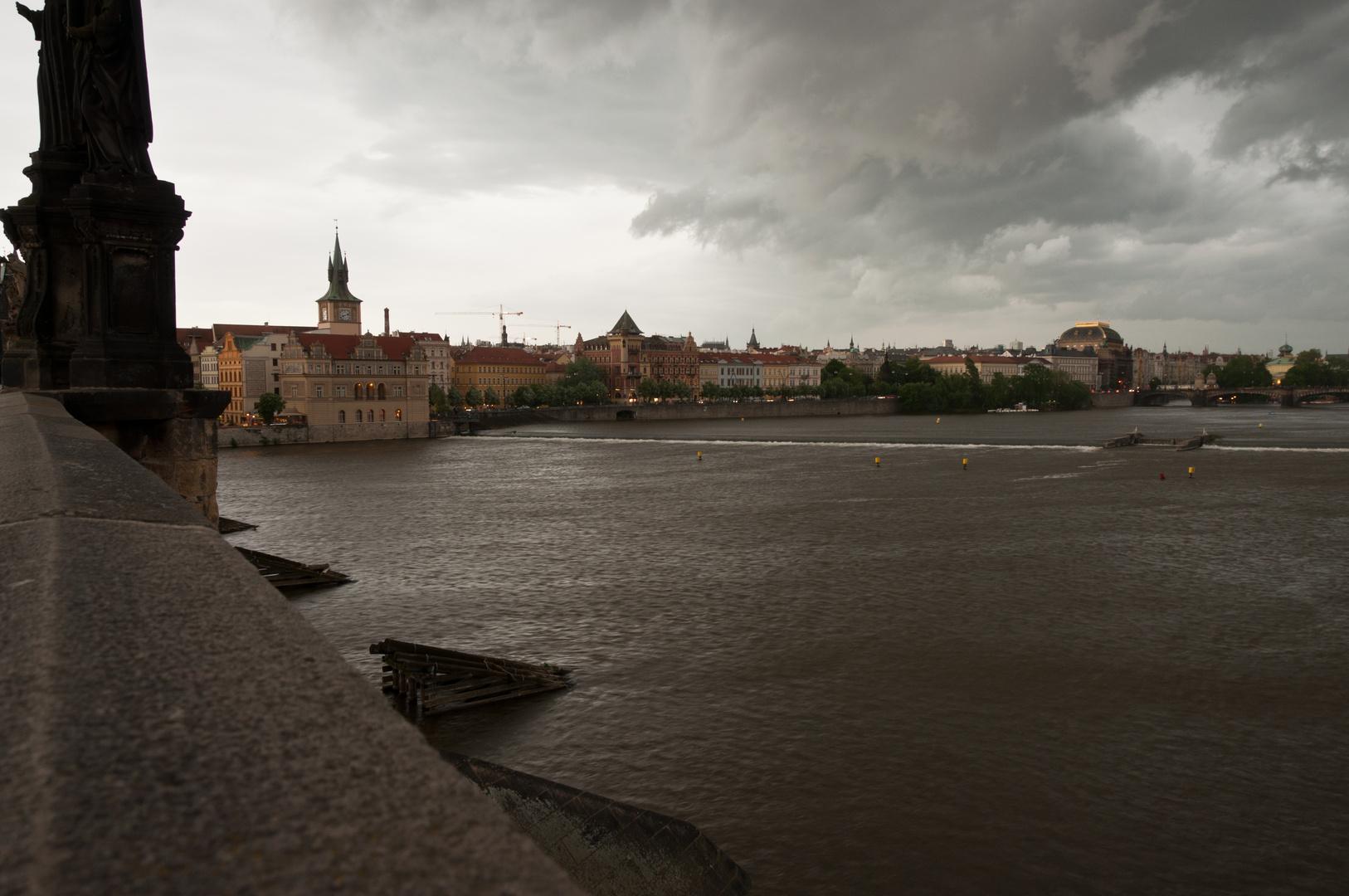 Karlsbrücke in Prag mit Wetterstimmung