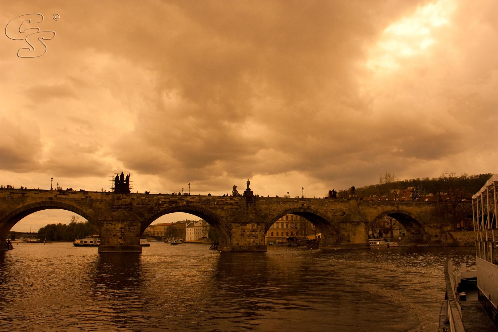 Karlsbrücke in Prag vor einem Gewitter
