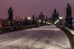 Karlsbrücke mit Schnee