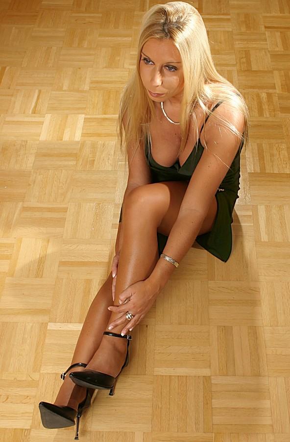Katja auf Holzfußboden