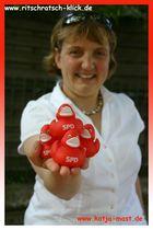 Katja Mast bringt ihre roten Quietsche-Entchen in´s Freibad...