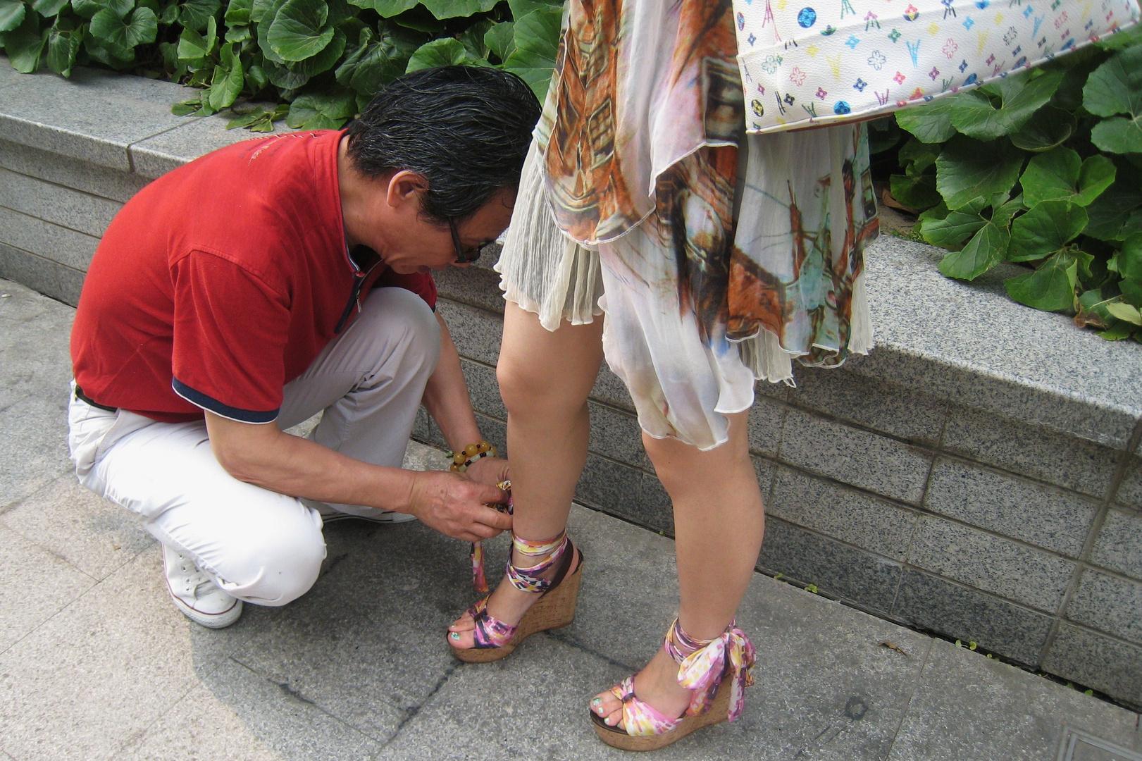 Kavalier beim Schuhservice