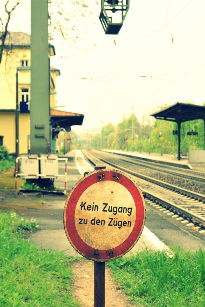 Kein Zugang zu den Zügen... wohin denn sonst?
