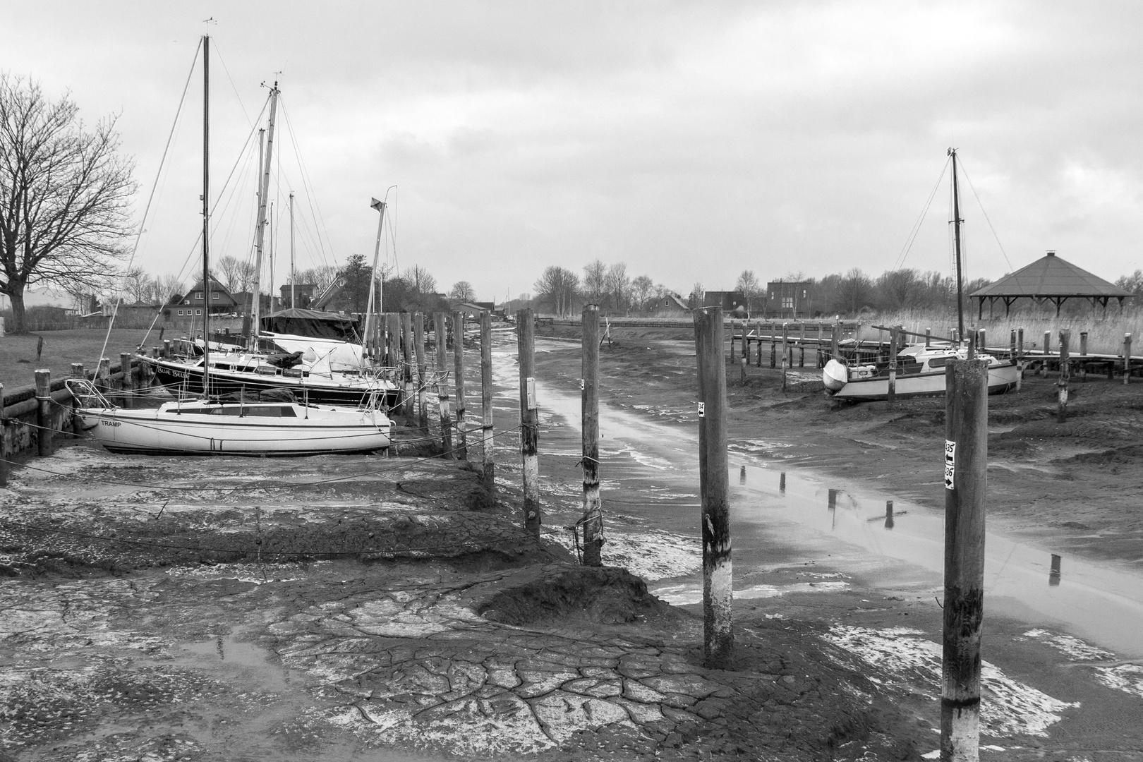 Keine handbreit Wasser unterm Kiel,  Vareler Hafen