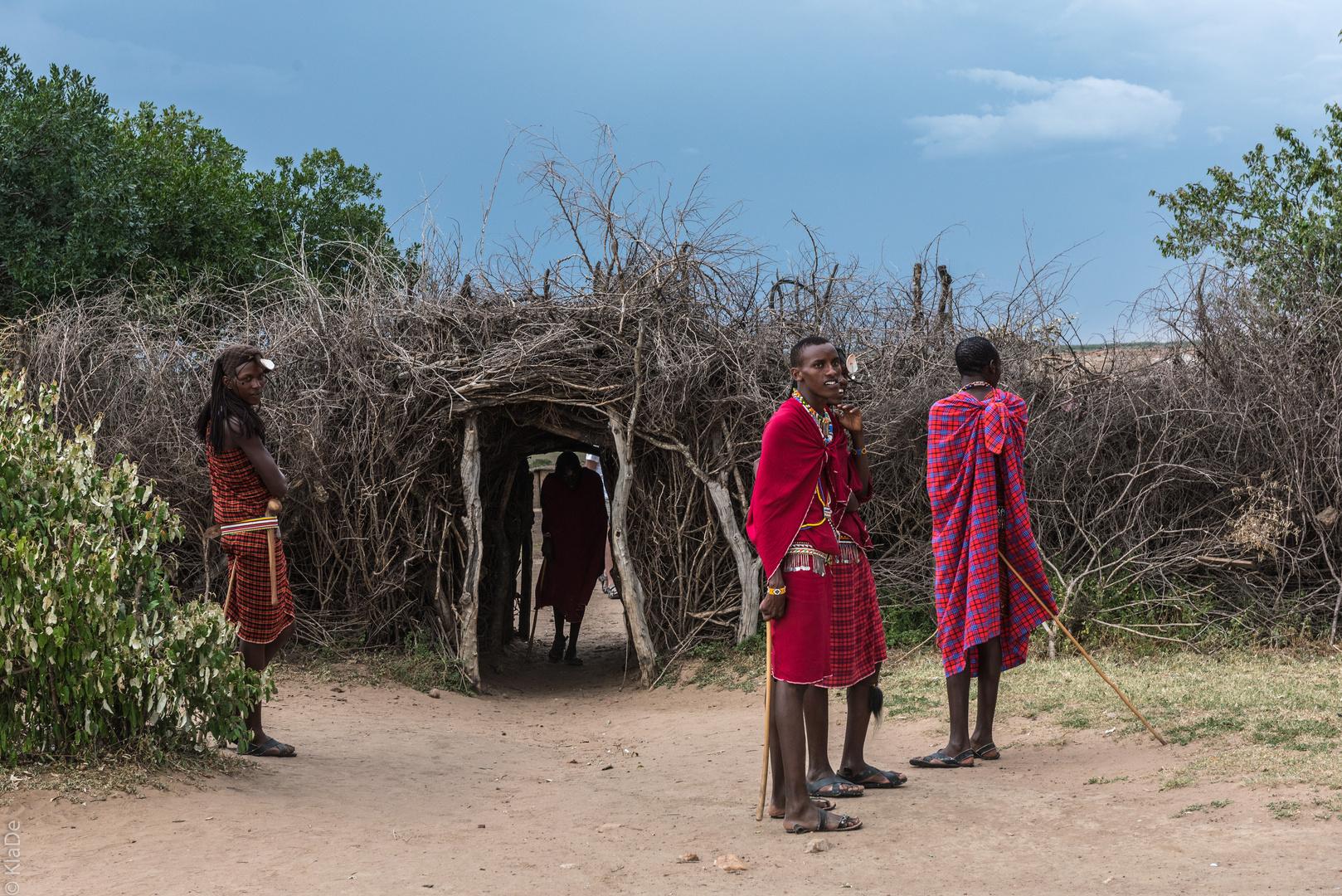 Kenia - Masai Mara - Massai - Vor dem Kral
