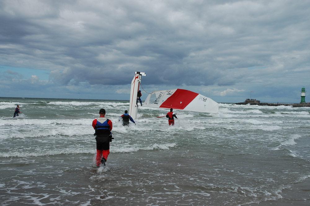 Kentern am Strand bei der Topcat EM 2004